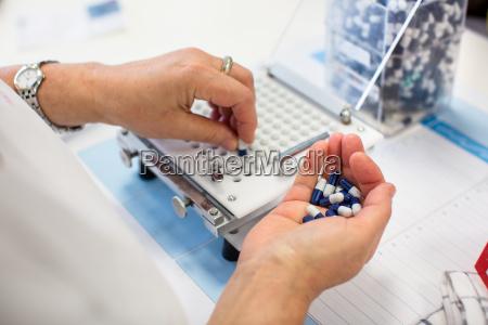 industria produzione pillole laboratorio biochimica estrazione