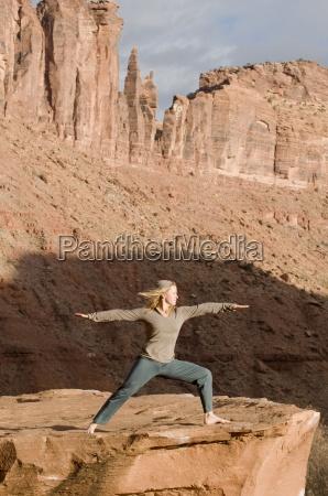 donna nella posa di yoga sulla