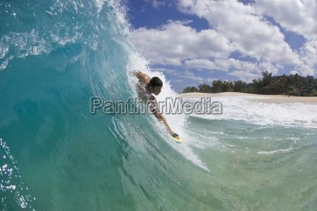 un giovane corpo uomo surf in