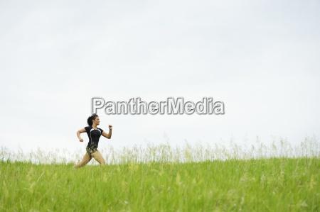 giovane donna in esecuzione sul sentiero