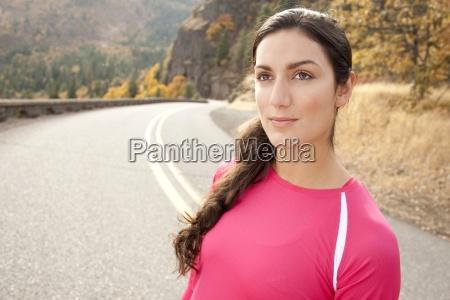 una donna atletica in piedi lungo