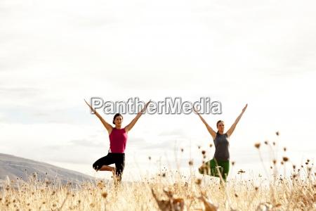 due femmine praticano lo yoga allaperto