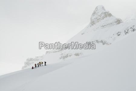 un gruppo di sciatori backcountry prendersi