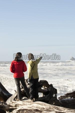 due donna guardando le enormi onde