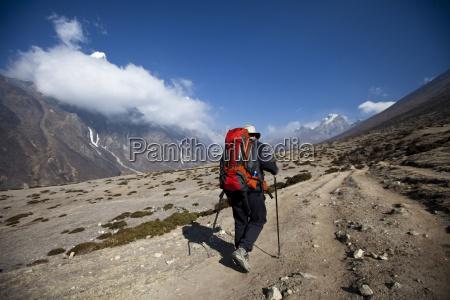 un escursionista si rialzi verso le
