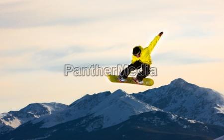 saltando snowboarder vola attraverso laria