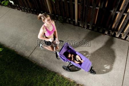 an atletico giovane donna tagliente cercando