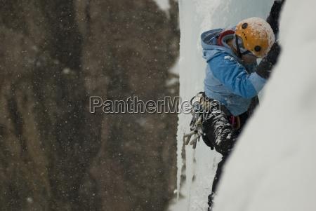 un professionista arrampicata femminile scalatore ghiaccio