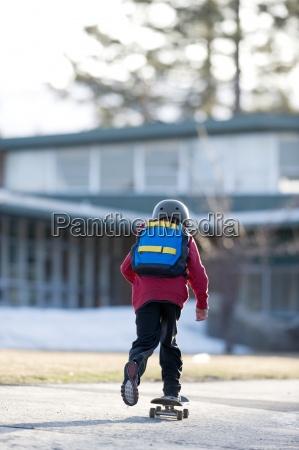 un ragazzo cavalca il suo skateboard