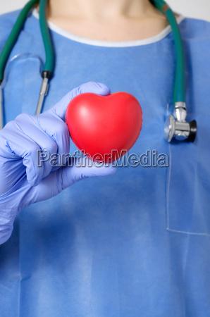 cuore nella mano del chirurgo