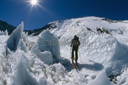 sci alpinismo attraverso penitentes ghiaccio