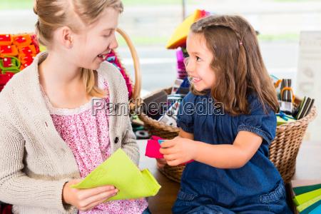 i bambini comprano forniture artigianali nel
