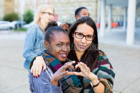 amici multirazziali in citta