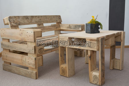 panchina robusta e tavolo da pallet
