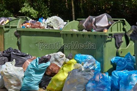 basura contenedores llenos desbordando
