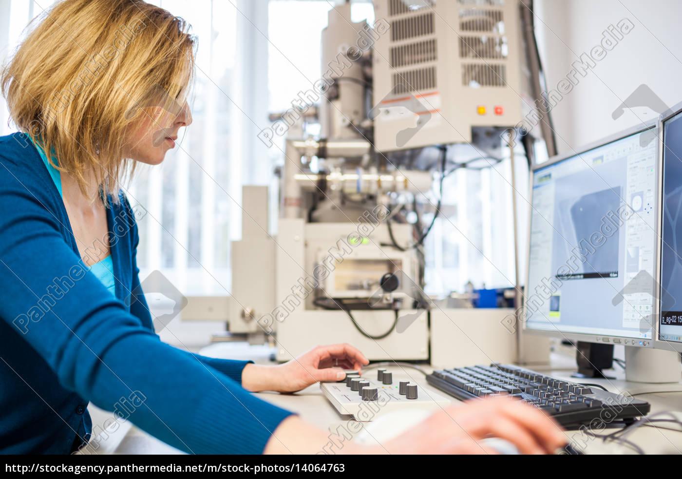 pretty, ricercatrice, femminile, che, utilizza, un, microscopio - 14064763