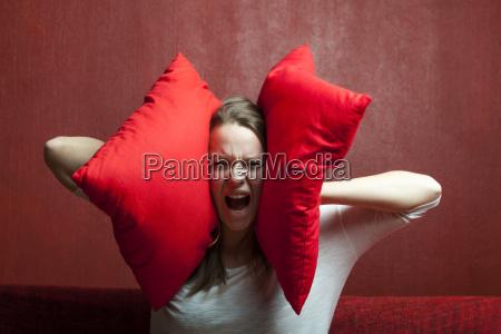 giovane donna con il cuscino