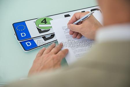 imprenditore riempire auto form contratto di