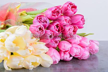 mazzo di tulipani sul tavolo