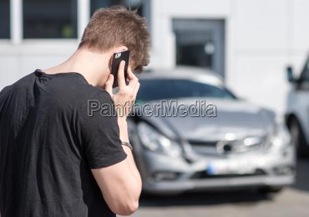 giovane sul telefono dopo un incidente