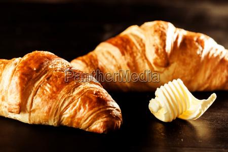 burro croissant pane sopra tavola