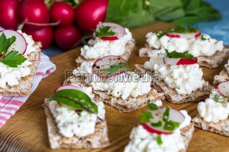pane croccante con ricotta ravanelli ed