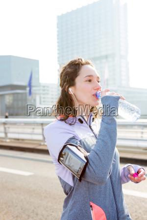 donna telefono bere musica sport dello