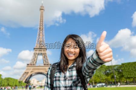 giovane attraente asiatico turista godendo il