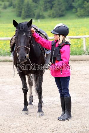 ragazza con cavallo nero