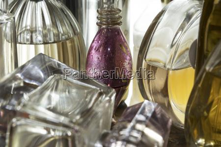 primo piano di bottiglie di profumo