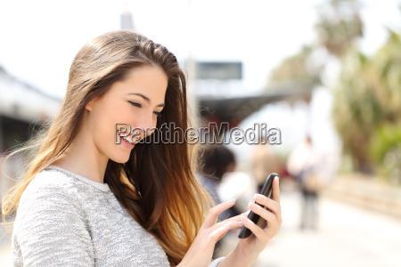 texting su un telefono intelligente in
