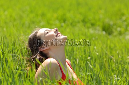 fronte felice della ragazza che respira