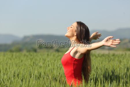 donna che respira laria fresca profonda