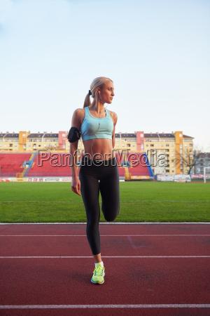 donna, sportiva, sulla, pista, di, atletica - 14231173