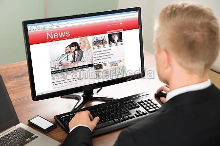 uomo daffari lettura notizie