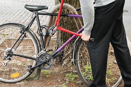 ladro rompere il blocco della bicicletta
