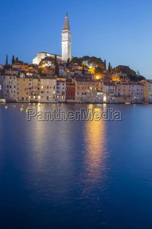 tramonto a rovigno sulla costa adriatica