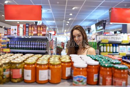 giovane donna shopping