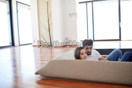 rilassato giovane coppia a scala di