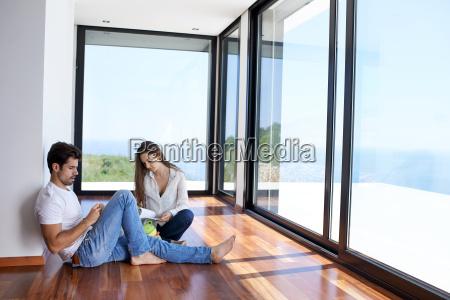 giovani coppie relaxed alla scala domestica