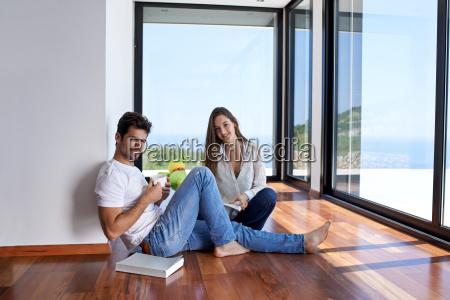 rilassato giovane coppia a casa scala