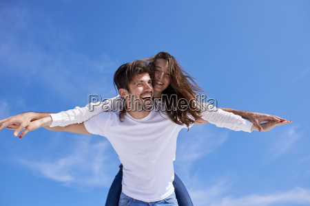 giovane coppia romantica felice divertirsi arelax