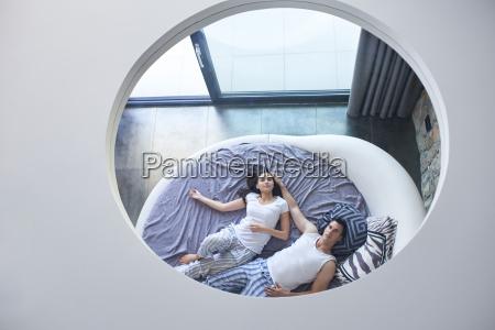 coppia rilassarsi e divertirsi a letto