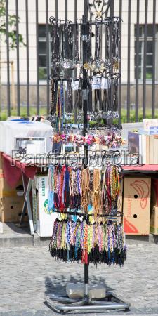 donna oggetto vendere citta turismo gioielli