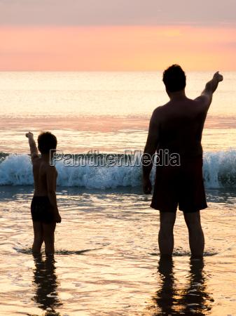silhouette di padre e figlio di