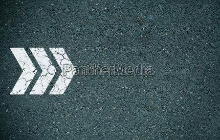 freccia avanti su asfalto
