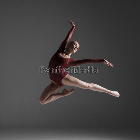 giovane bella ballerina in stile moderno