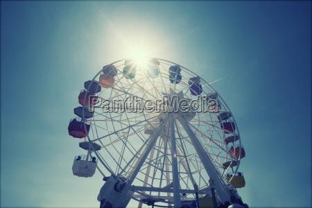 ruota panoramica sul cielo blu