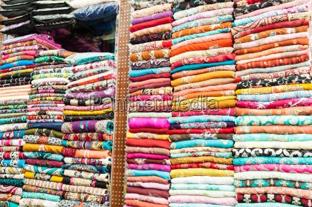 abiti colorati indiani sugli scaffali