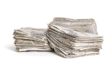 tre pacchi di giornale contro uno